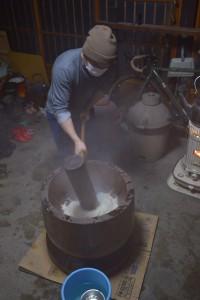 昭和村の餅米を蒸してつきますつきます。